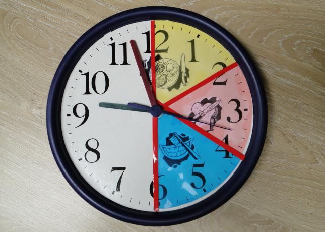 Een klok met kleuren